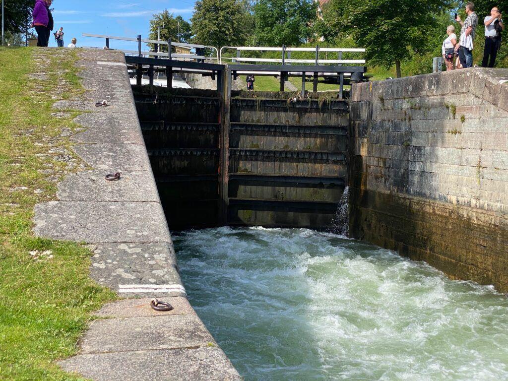 Vatten strömmar in i sluss