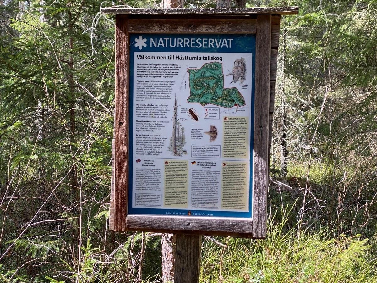 Skylt med information om naturrreservat