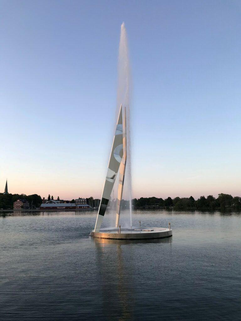 En staty i form av en passare som sprutar vatten rakt upp i luften