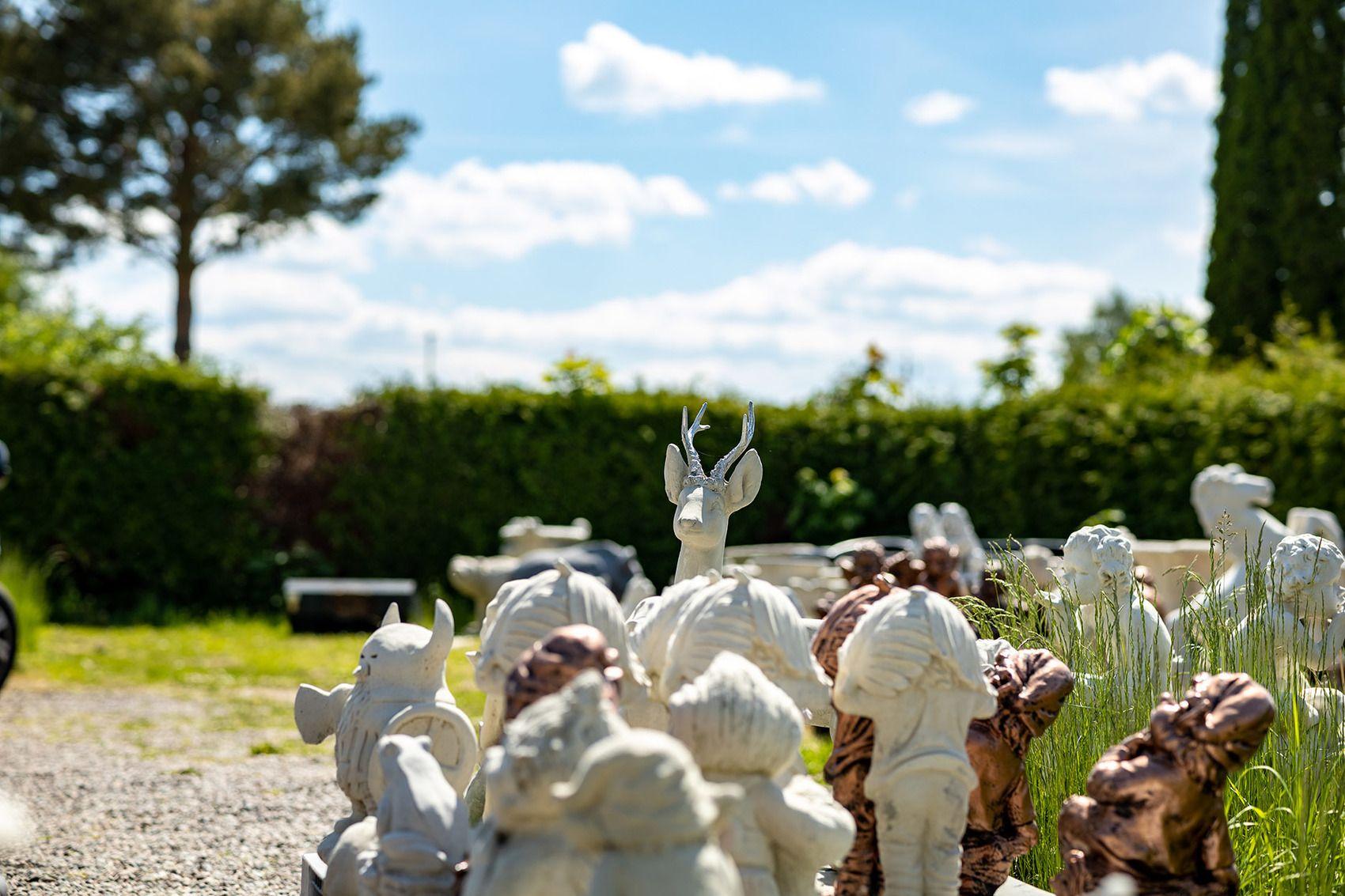 utomhusfoto på massor med statyer som står tätt bredvid varandra.