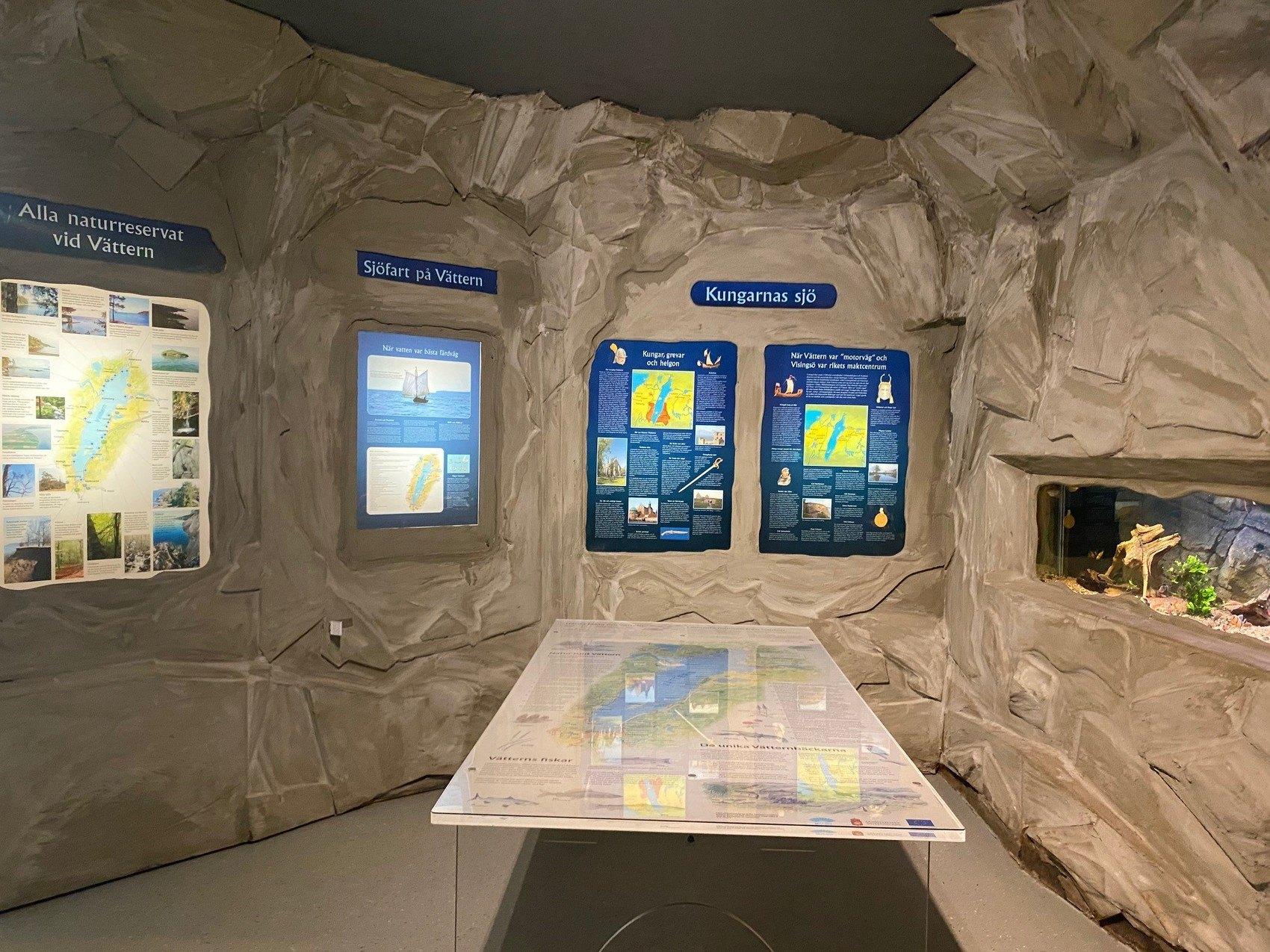 Rum med informationsskyltar