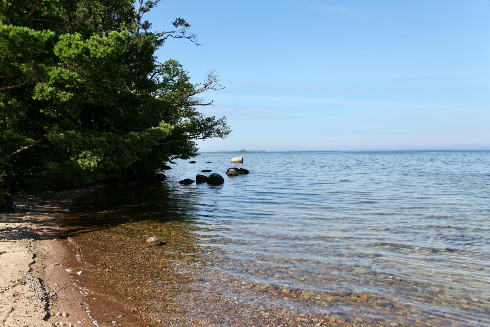 Strandremsa med kristallklart vatten