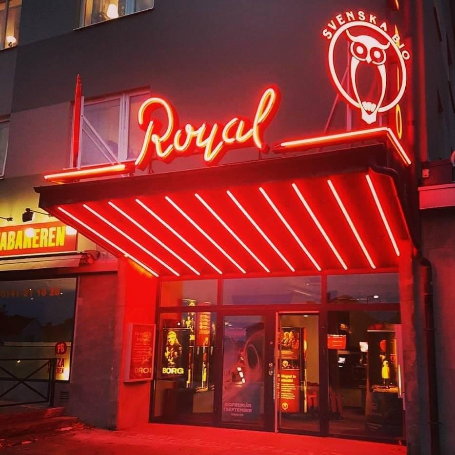 Bio Royals entre med röd neonskylt