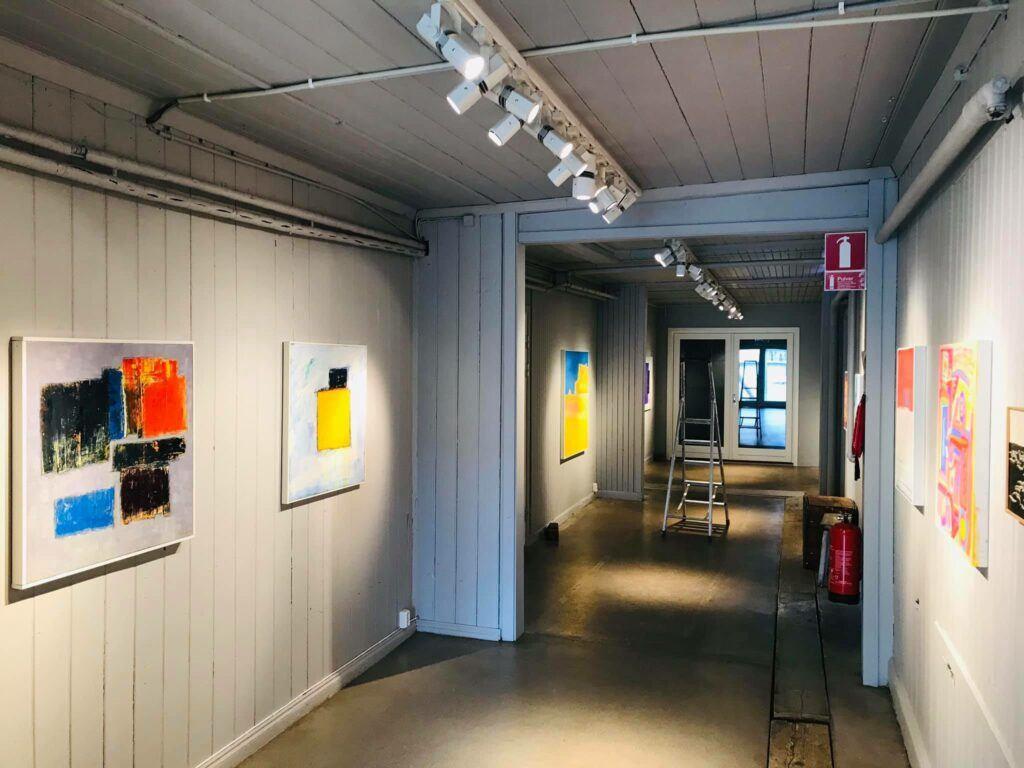 En korridor med konst på väggarna