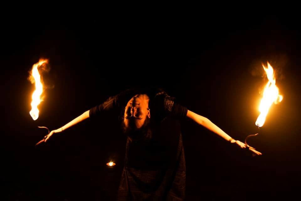 Kvinna med eld i händerna