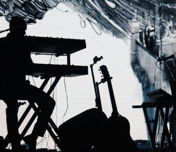Person framför keyboard mot ljus bakgrund