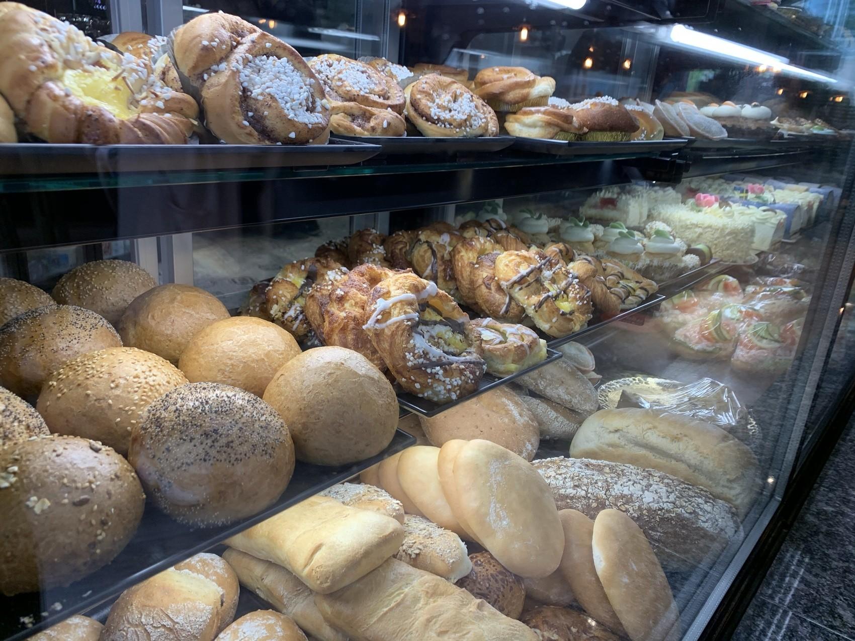 Bröd och bakverk i en kyldisk