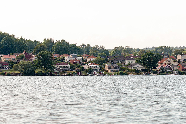 Ett villaområde som ligger intill en sjö