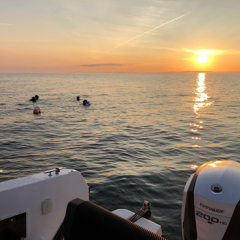 Två dykare i solnedgång