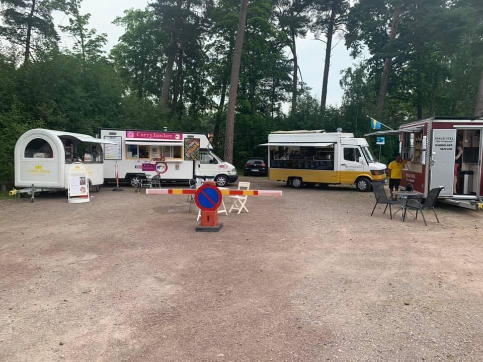 Fyra food trucks på en parkering