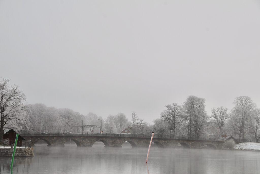Ett svart vitt foto föreställandes en stenbro
