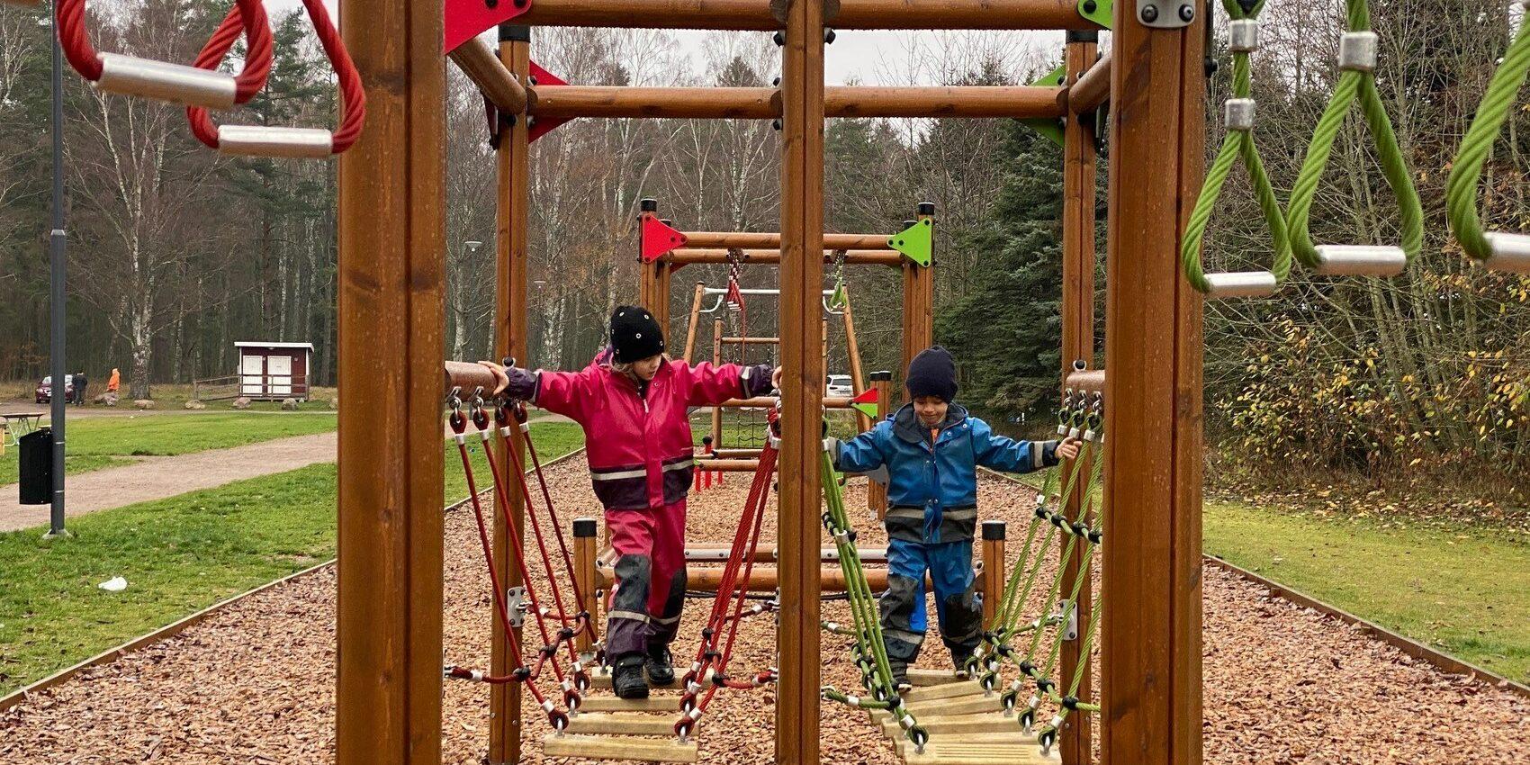 Barn som leker i klätterställning