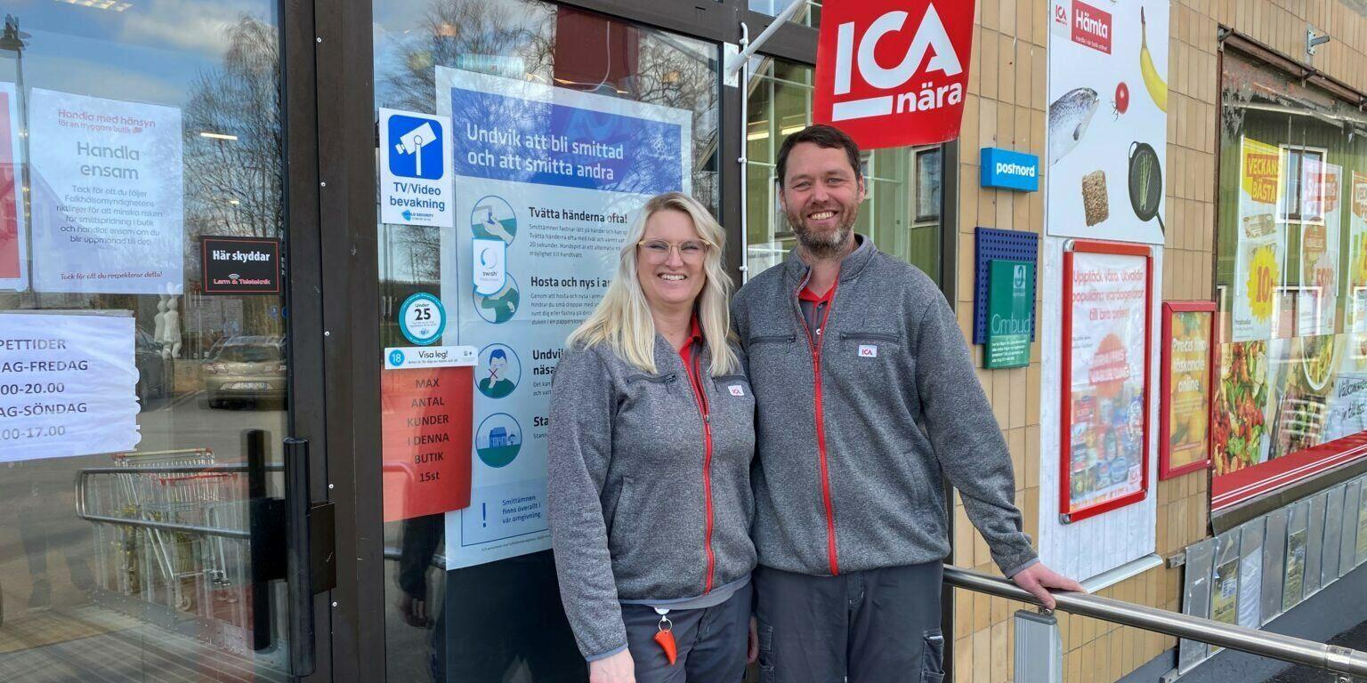Två Ica-handlare står utanför en ICA-butik.